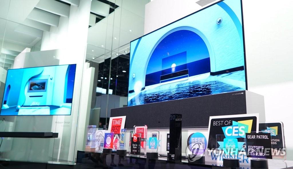 资料图片:当地时间1月10日,在美国拉斯维加斯,LG OLED TV在2020年国际消费类电子产品展览会(CES 2020)上荣获最佳电视奖。 韩联社/LG电子供图(图片严禁转载复制)