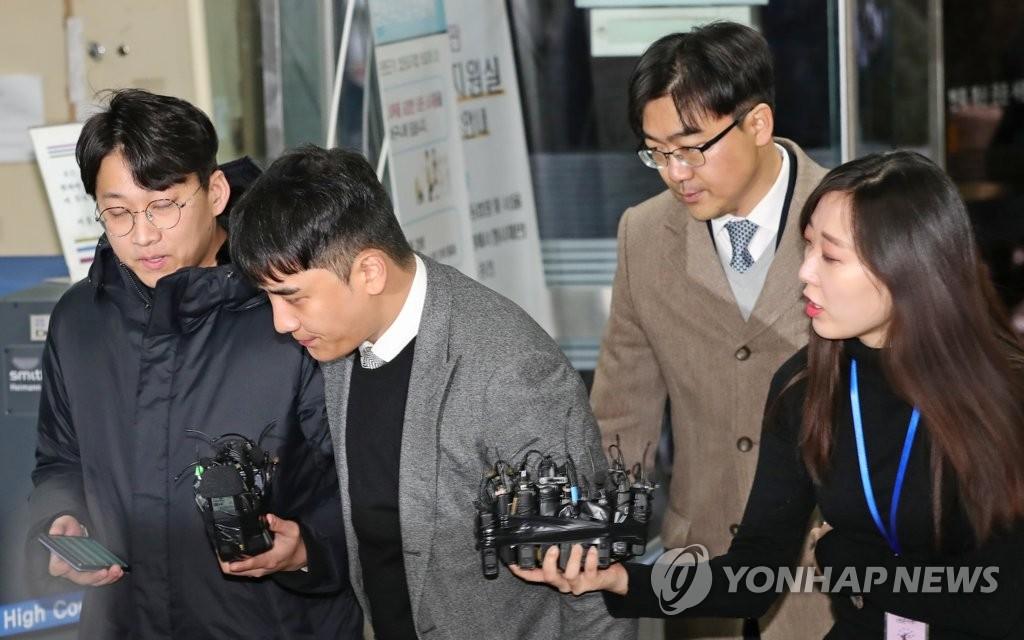 1月13日上午,胜利抵达法院准备接受逮捕必要性审查。 韩联社