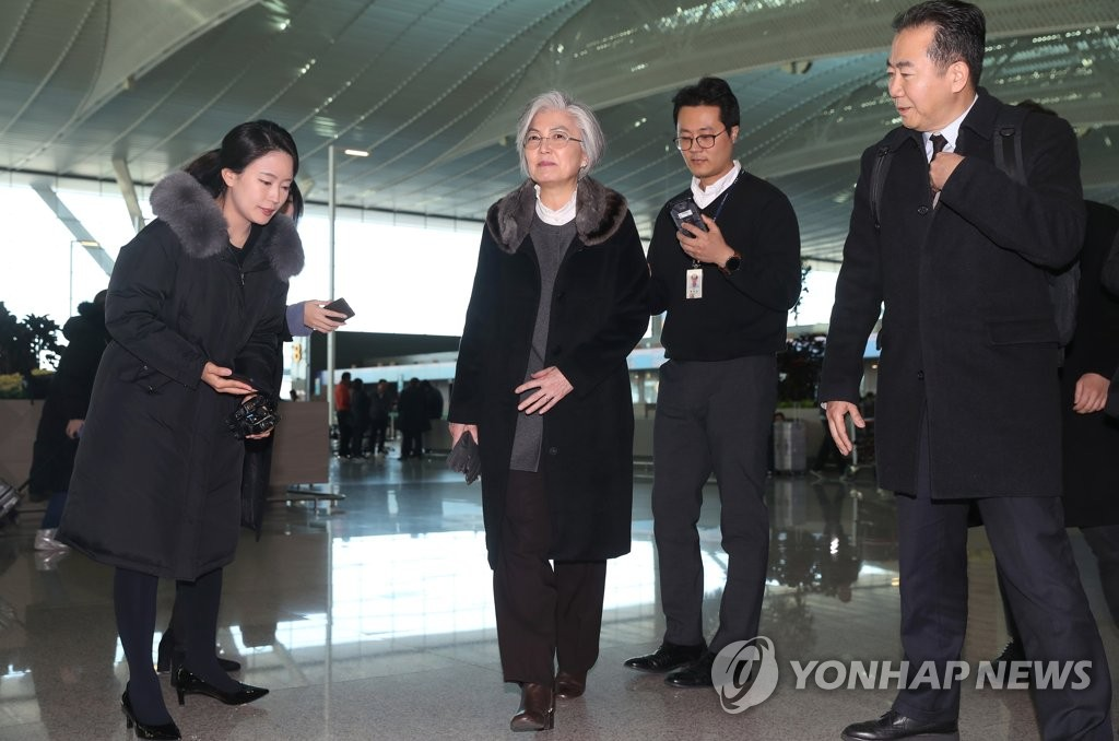 1月13日,在仁川机场,康京和准备登机赴美出席韩美外长会谈。 韩联社