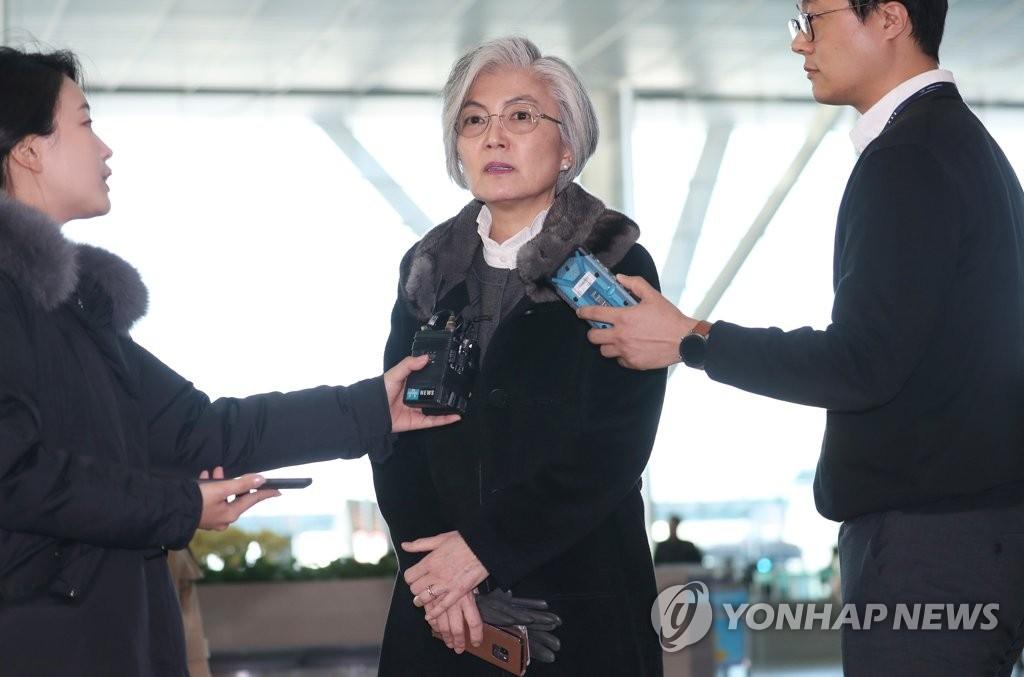 1月13日,在仁川国际机场,康京和在登机赴美前答记者问。 韩联社