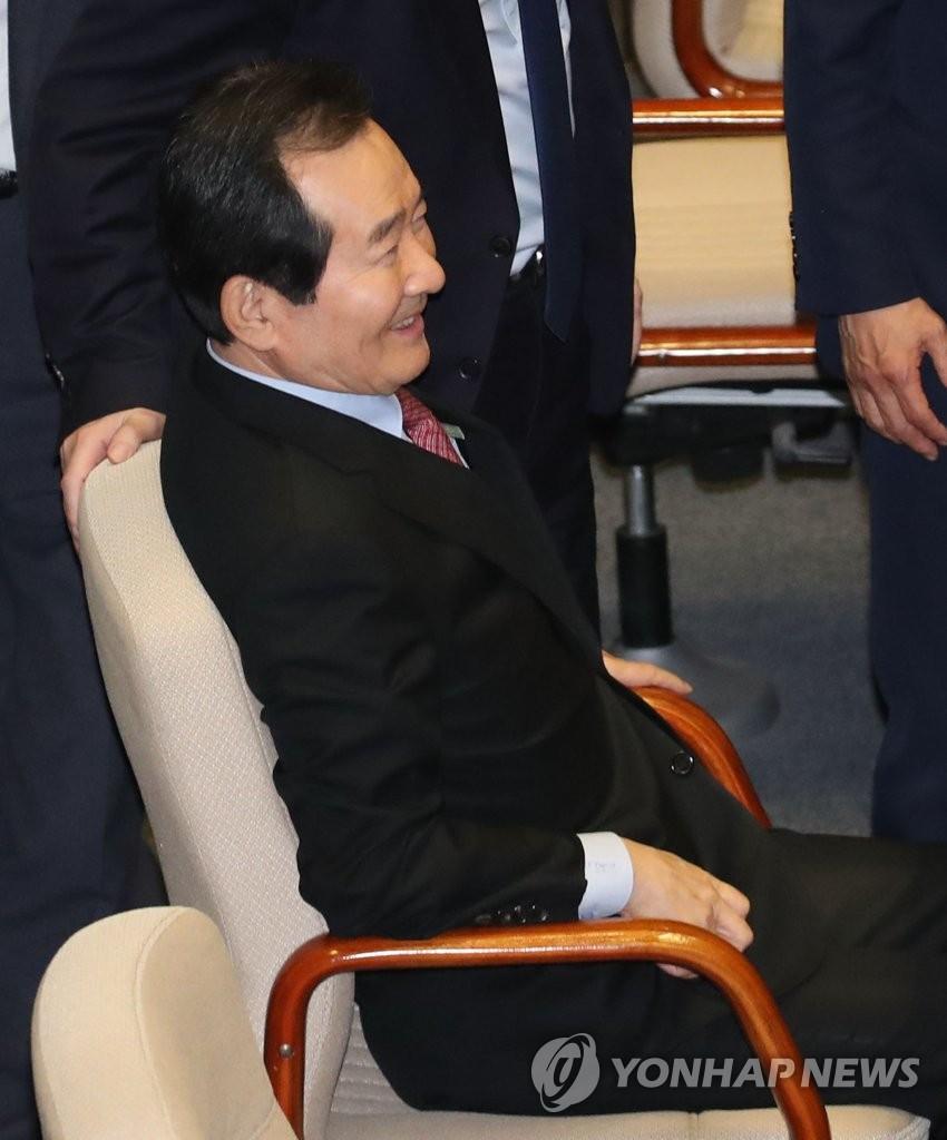 1月13日,在国会全会上,丁世均等待表决国务总理任命案。 韩联社