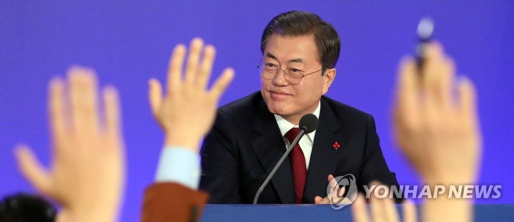 1月14日,在青瓦台,韩国总统文在寅举行新年记者会。 韩联社