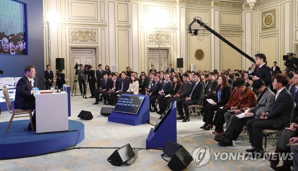 1月14日上午,在青瓦台迎宾馆,韩国总统文在寅举行新年记者会。 韩联社