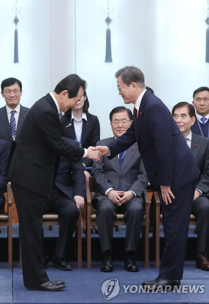 文在寅与新任总理丁世均