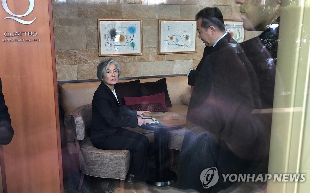 当地时间1月14日,在美国旧金山帕罗奥图一酒店,韩国外长康京和(左)在韩美外长会谈结束后稍事休息。 韩联社
