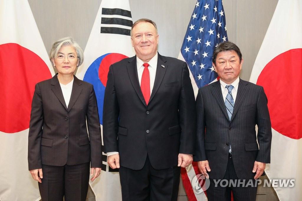 1月14日,在美国加州帕罗奥多,韩国外长康京和(左起)、美国国务卿蓬佩奥、日本外务大臣茂木敏充合影。 韩联社