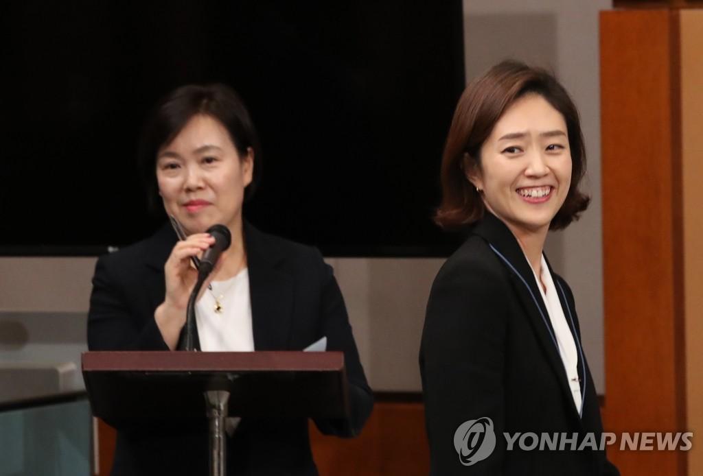 资料图片:韩国青瓦台发言人高旼廷(右)和春秋馆馆长俞松和 韩联社