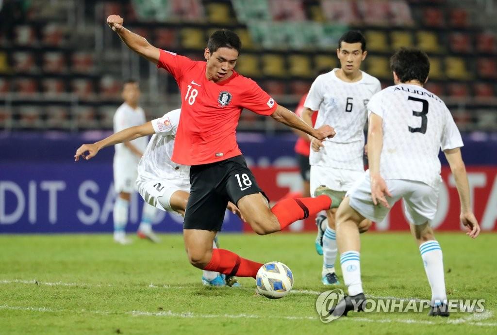 1月15日下午,在泰国兰实市的法政大学体育场,韩国前锋吴世勋在2020年亚足联23岁以下足球锦标赛对阵乌兹别克斯坦的比赛中射门得分。 韩联社