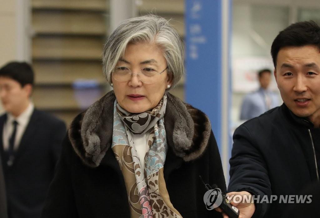 1月16日,结束访美回国的韩国外长康京和现身仁川国际机场。 韩联社