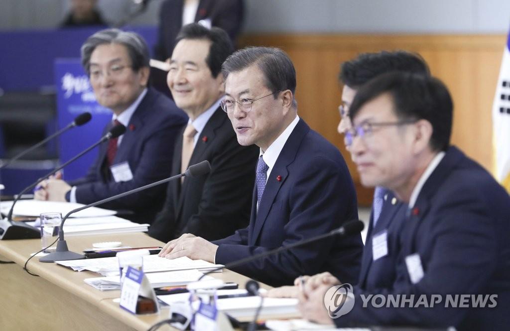 1月16日,在位于大田的韩国电子通信研究院,韩国总统文在寅(左三)在接受科学技术信息通信部、广电通信委员会新年工作报告前发言。 韩联社