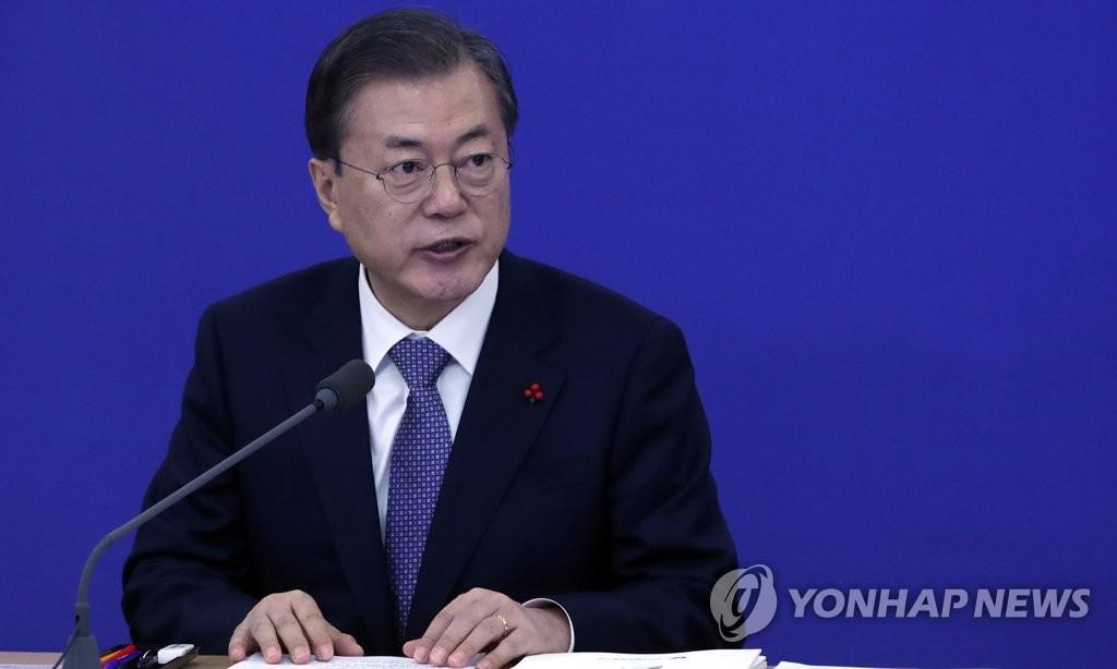 1月16日,在位于大田的韩国电子通信研究院,韩国总统文在寅在接受科学技术信息通信部、广电通信委员会新年工作报告前发言。 韩联社