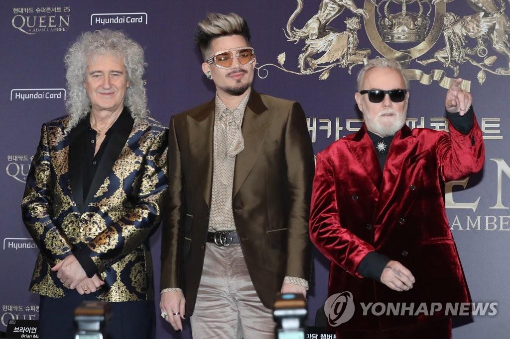 """1月16日下午,""""现代信用卡公司超级演唱会25皇后乐队""""记者会在首尔汝矣岛康莱德酒店举行。图为吉他手布莱恩•梅(左起)、主唱亚当•兰伯特和鼓手罗杰•泰勒摆姿势供媒体拍照。 韩联社"""