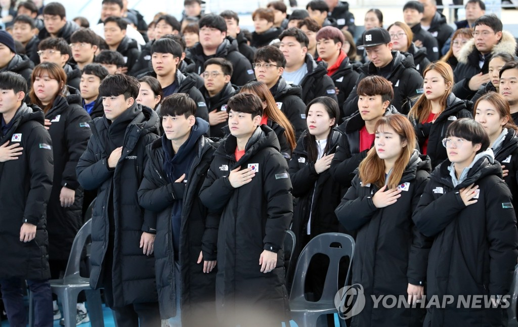 1月17日,在镇川运动员村,韩国国家队运动员在2020年训练启动仪式上向国旗敬礼。 韩联社