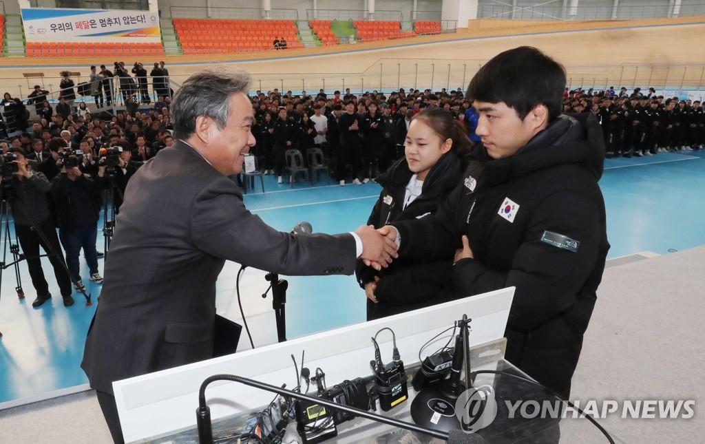 1月17日,国家代表队2020年训练启动仪式在镇川运动员村举行,大韩体育会会长李起兴(左)与运动员代表握手。 韩联社