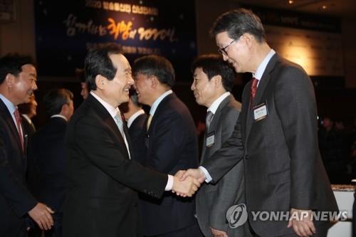 韩联社社长与总理握手