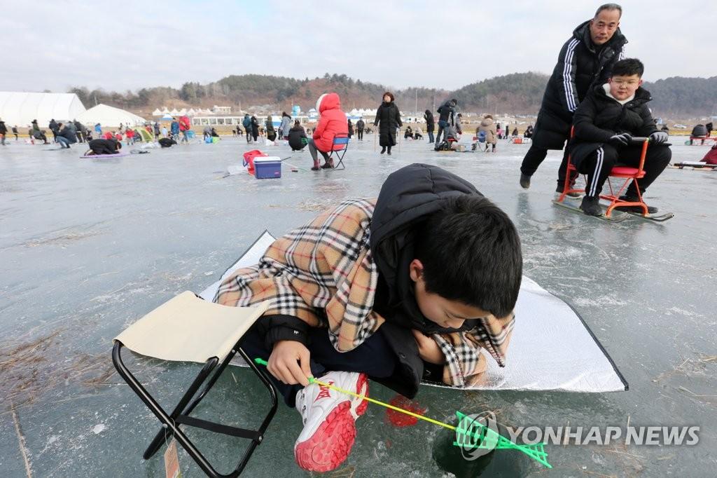 第20届麟蹄冰鱼节现场照 韩联社
