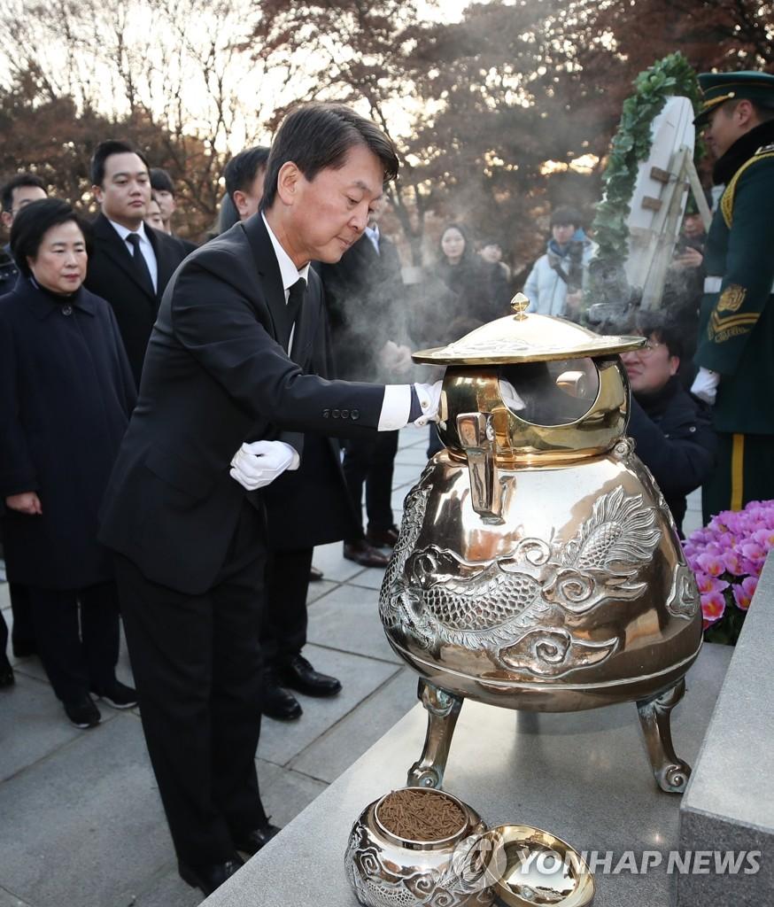 安哲秀参拜前总统李承晚