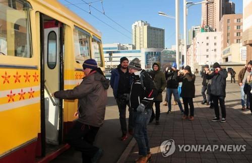 外国游客坐无轨电车游平壤