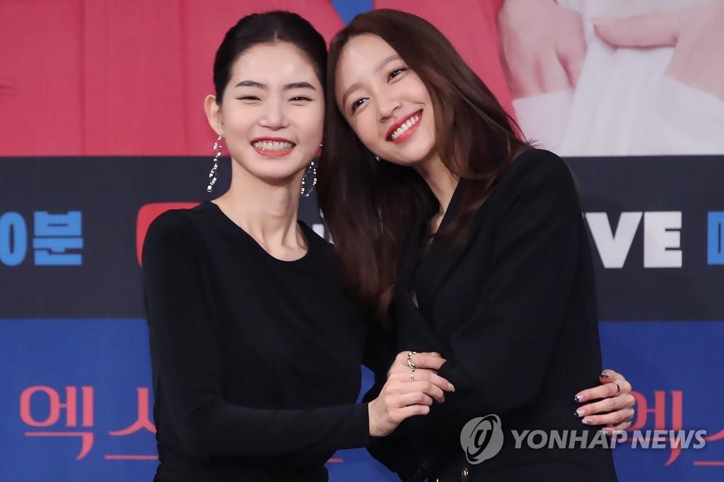 1月20日下午,在首尔市麻浦区MBC电视台,HANI(安喜延,右)和黄胜妍亮相电视剧《XX》发布会。 韩联社