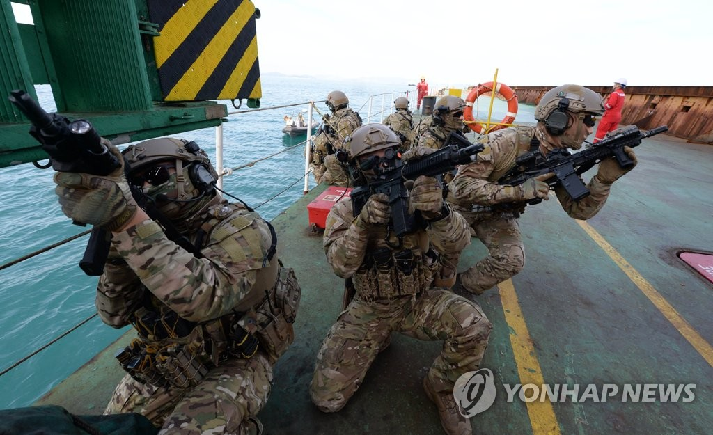 资料图片:2019年12月13日,在庆尚南道巨济岛海域,韩国海军清海部队进行营救被劫船只的演习。 韩联社