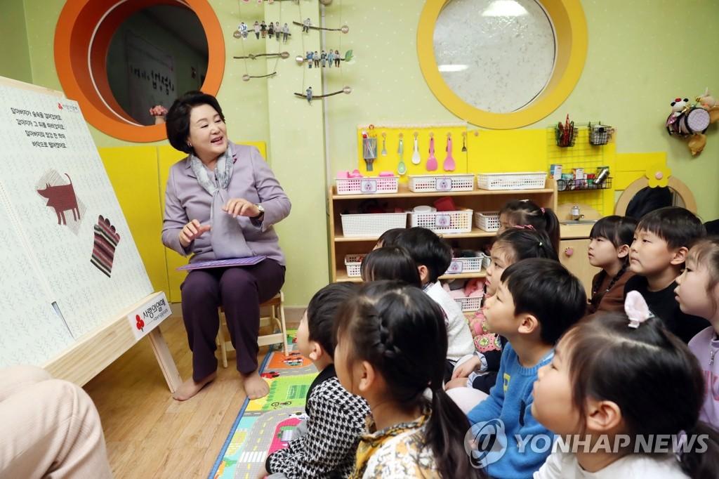 韩第一夫人为小朋友读童话