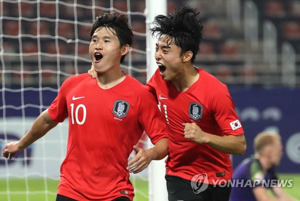 李东炅与队友共庆进球