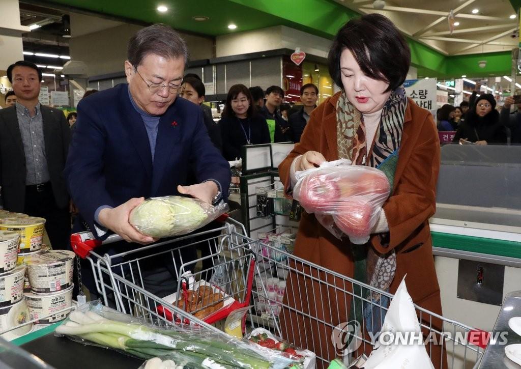 韩总统夫妇置办年货