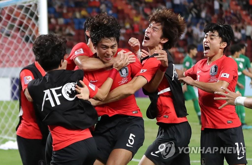 当地时间1月26日,在泰国拉加曼加拉国家体育场,郑泰旭(5号球衣)与队友们相拥庆祝进球。 韩联社