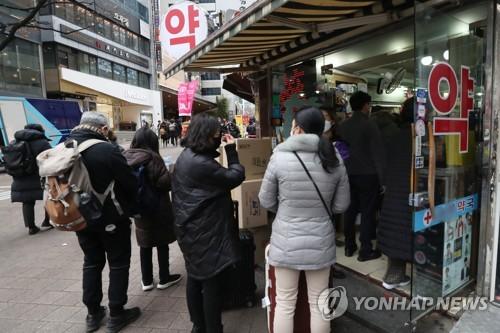外国游客排队买口罩