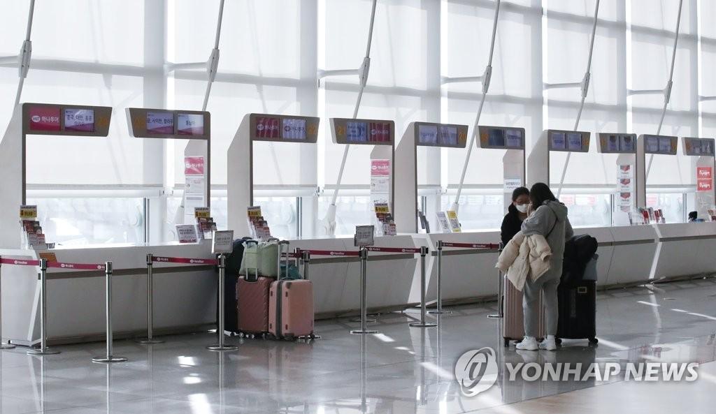 资料图片:冷清的机场旅行社柜台 韩联社