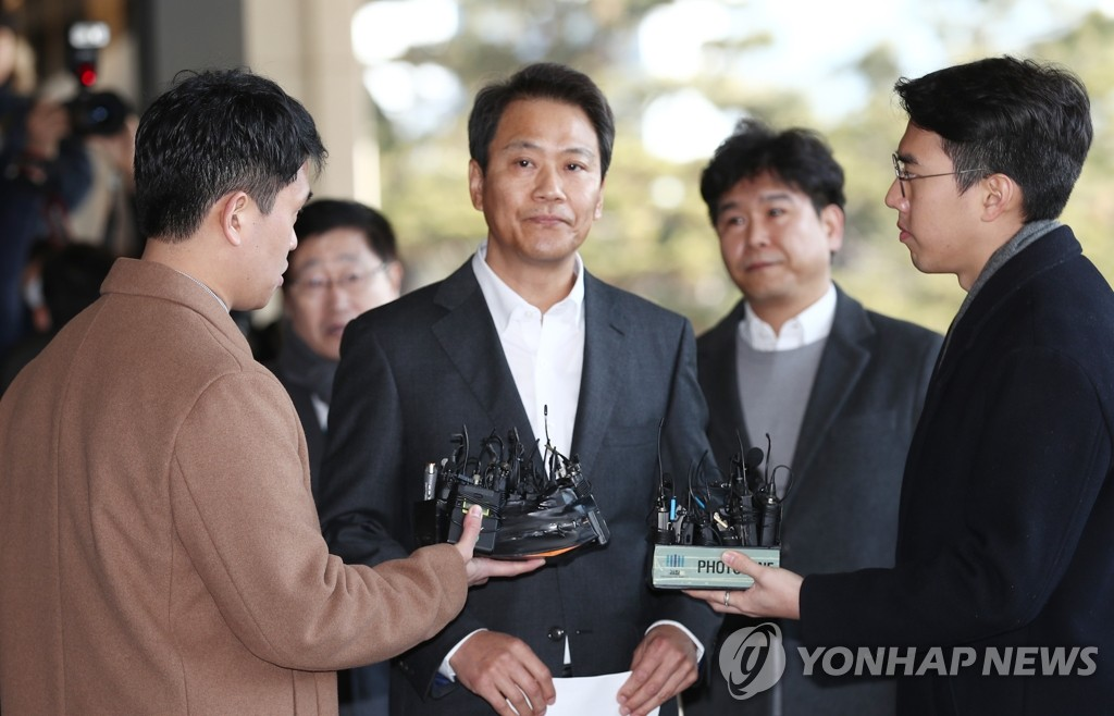 1月30日,在首尔中央地方检察厅,韩国前青瓦台秘书室室长任钟皙因涉嫌介入2018年地方选举接受检方调查。 韩联社