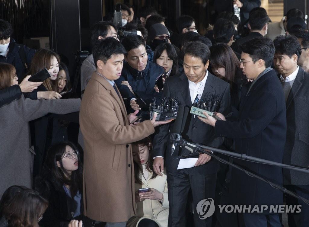 韩国前总统幕僚长任钟皙受讯近12小时后返家