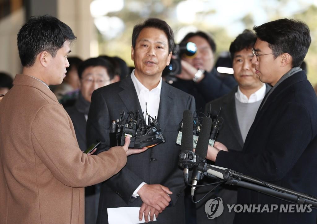 资料图片:1月30日,在首尔中央地方检察厅,涉嫌介入2018年地方选举的韩国青瓦台前秘书室长任钟皙在以嫌疑人身份接受检方传讯前回答记者提问。 韩联社