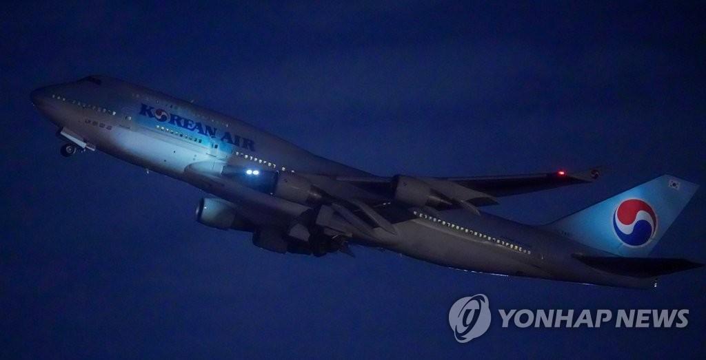 资料图片:1月30日晚,在仁川国际机场,韩国派出大韩航空KE9883号航班从仁川飞赴中国武汉,准备接回居留在武汉的韩国公民。 韩联社