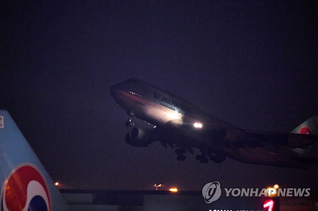 简讯:韩国包机载367名公民从武汉启程返回