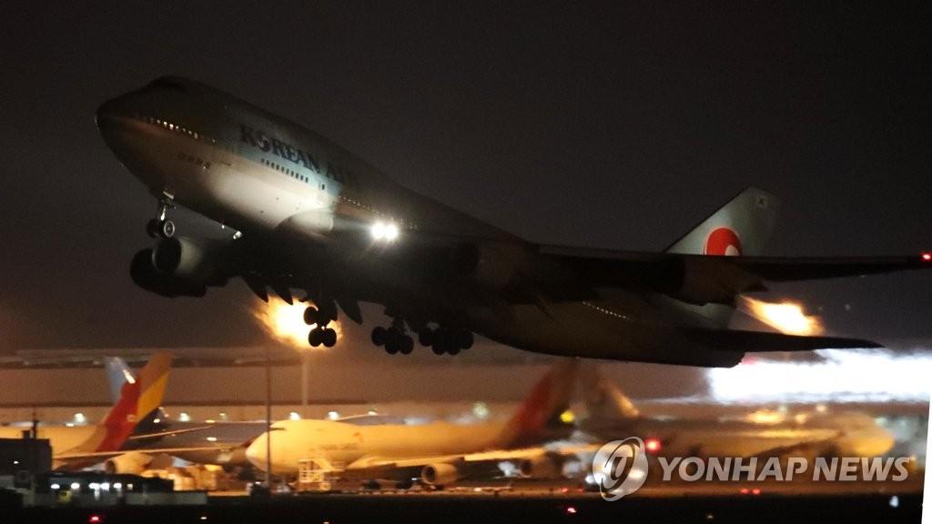 韩国首架撤侨包机飞离武汉纪实