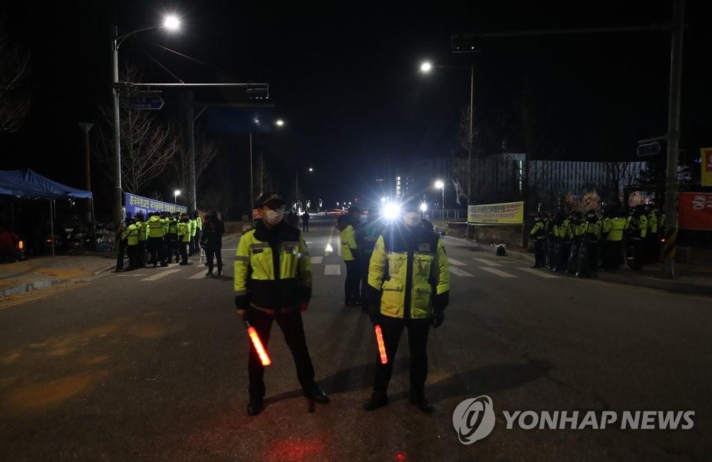资料图片:1月31日,在忠清北道镇川郡国家公务员人才开发院,韩国警察正在执勤。 韩联社