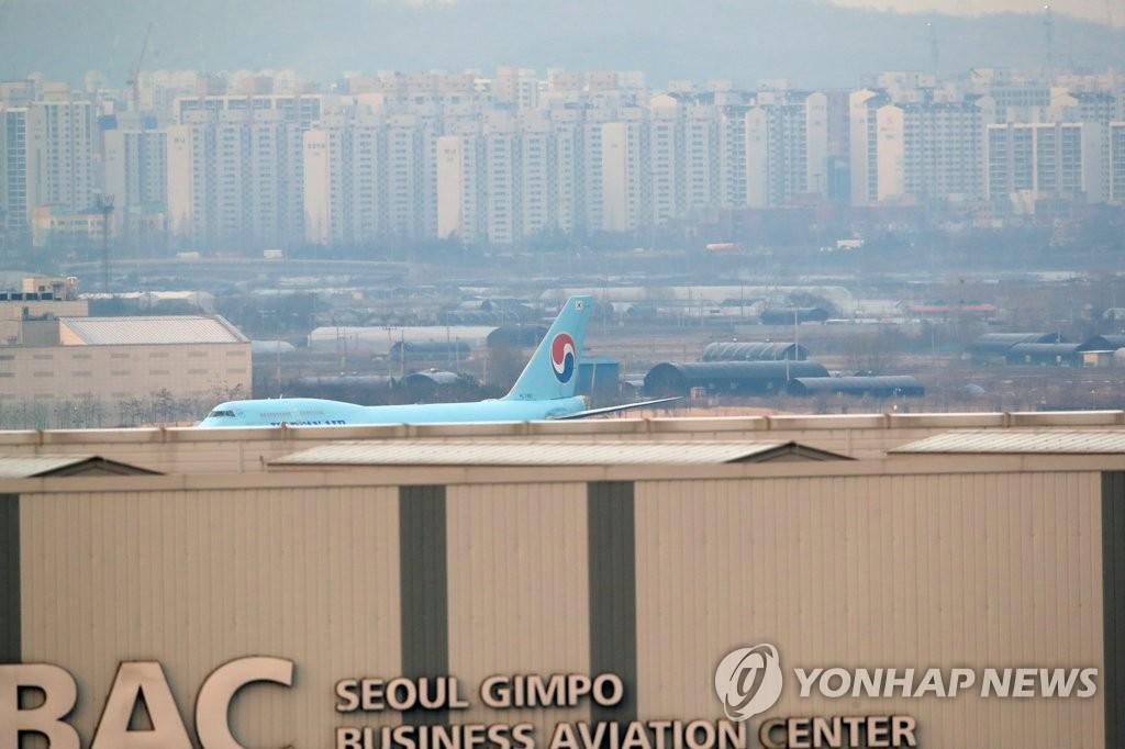简讯:韩国首架赴汉撤侨包机返抵首尔金浦机场