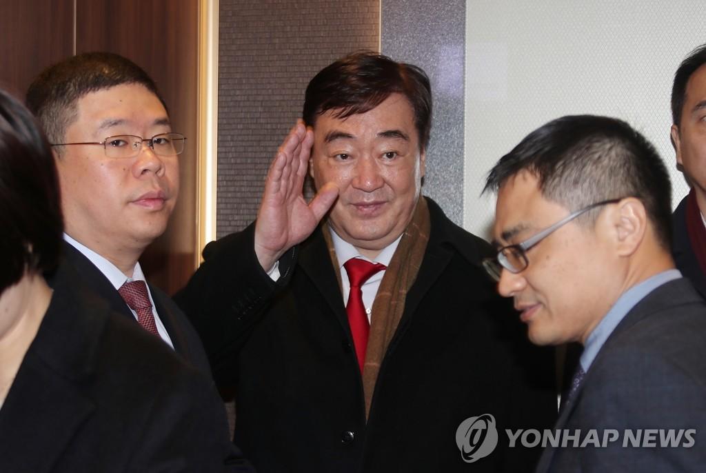 1月31日,在位于首尔钟路区的韩国外交部大楼,中国新任驻韩大使邢海明招手致意。 韩联社