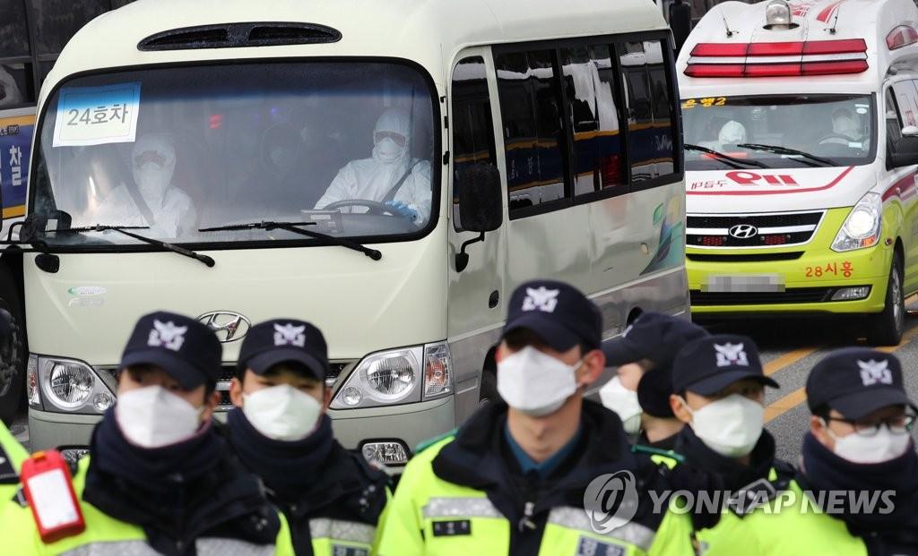 1月31日,乘坐政府包机从武汉回国的人员乘坐车辆驶入位于忠清北道镇川郡的国家公务员人才开发院。 韩联社