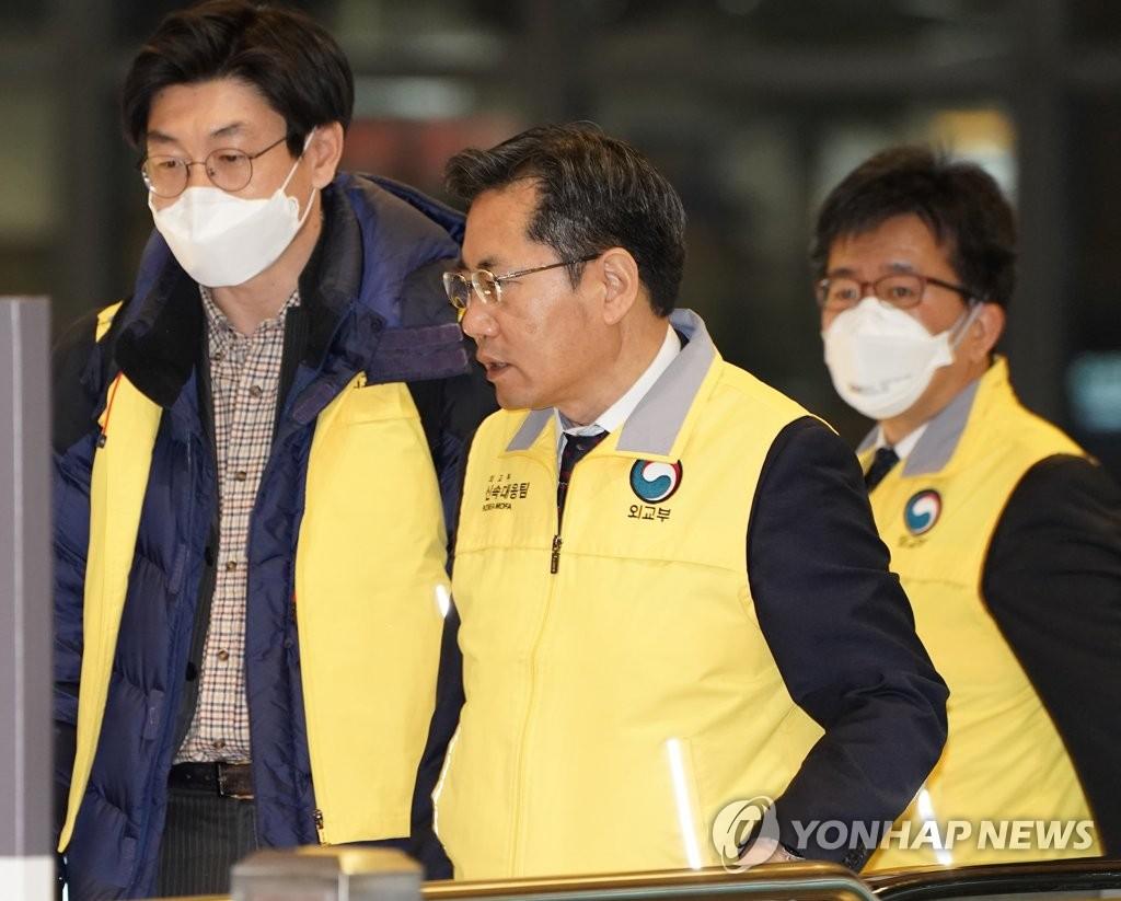 资料图片:韩国驻新西兰大使李相振赴武汉指挥撤侨。 韩联社