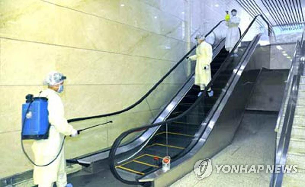 据《劳动新闻》2月2日报道了平壤机场进出口检验检疫分站防疫人员进行消毒的画面。 韩联社/《劳动新闻》官网(图片仅限韩国国内使用,严禁转载复制)