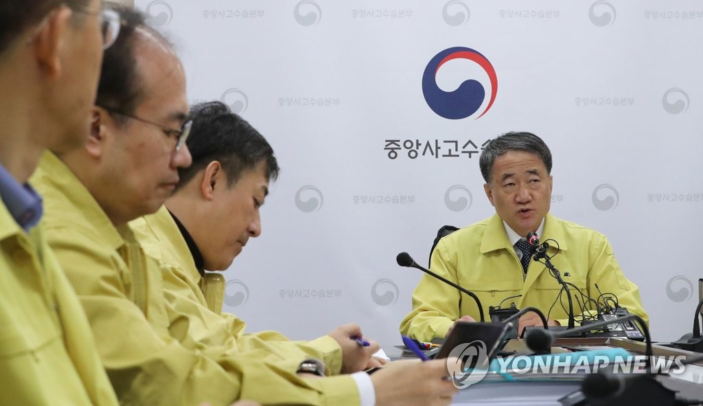 2月3日,韩国保健福祉部长官朴淩厚(右)在新冠病毒肺炎防控视频会议上发言。 韩联社
