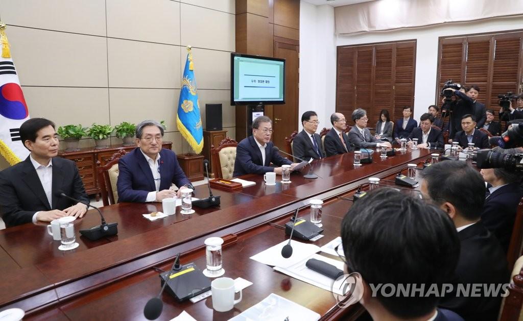 2月3日,在青瓦台,韩国总统文在寅(左三)出席首席秘书和辅佐官会议。 韩联社