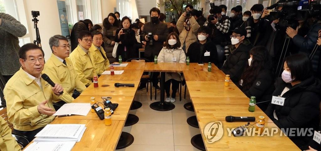 资料图片:2月4日,在首尔市立大学生活馆,首尔市长朴元淳(左一)与中国留学生谈论新型冠状病毒疫情。 韩联社