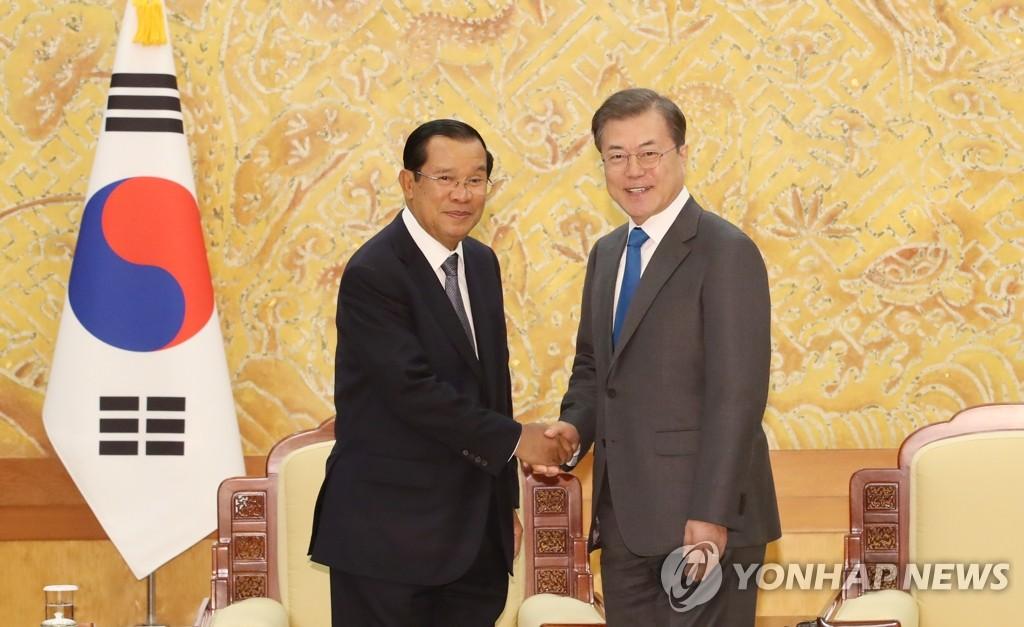 文在寅会见柬埔寨首相洪森