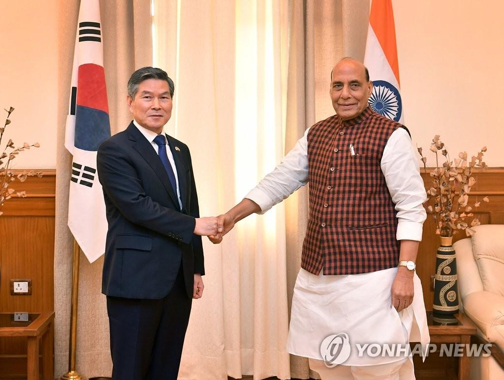 当地时间2月4日,在印度新德里,韩国国防部长官郑景斗(左)同印度国防部长拉杰特·辛格握手合影。应辛格的邀请,郑景斗于3日至6日对印度进行正式访问。 韩联社/国防部供图(图片严禁转载复制)