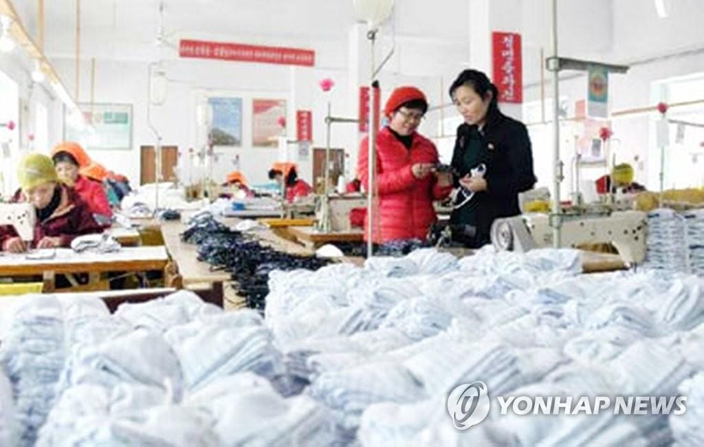 朝鲜《劳动新闻》2月6日报道,全国各地正在全力预防新型冠状病毒流入。图为一家服装厂员工在生产口罩。 韩联社/《劳动新闻》官网截图(图片仅限韩国国内使用,严禁转载复制)