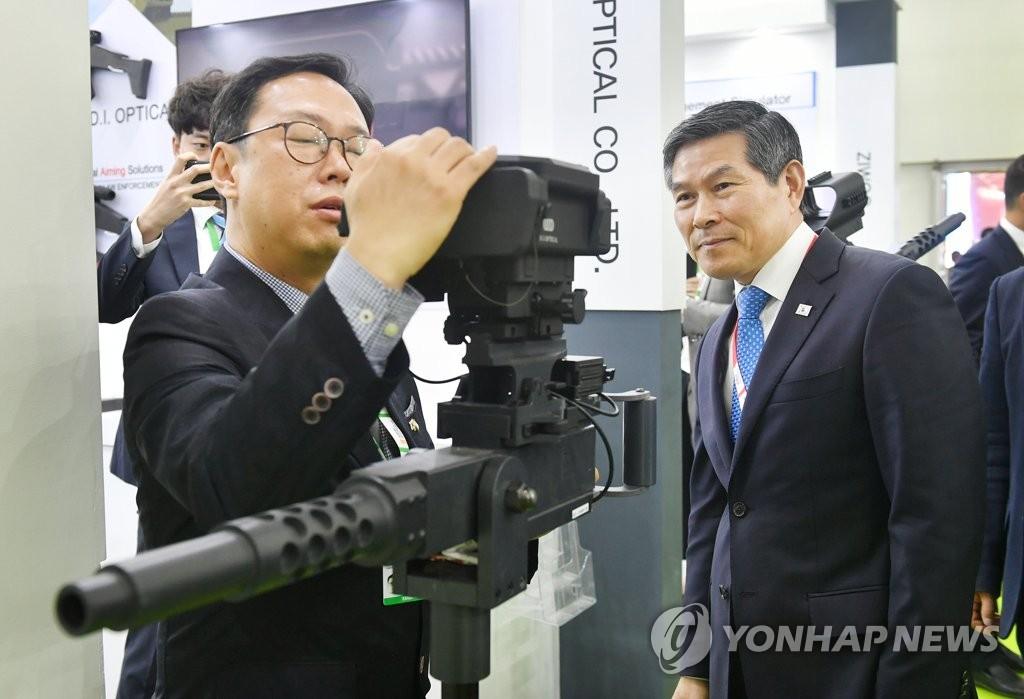 韩国防长郑景斗参加印度最大规模防展