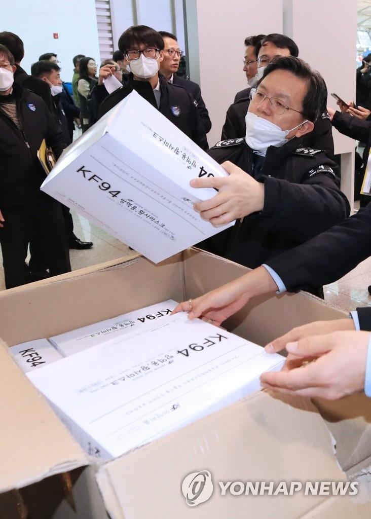 韩国关税厅厅长卢奭桓亲自检查口罩通关情况。 韩联社